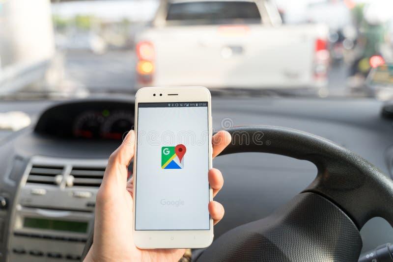BANGKOK, THAILAND - 08 OKTOBER 2018: Sluit omhoog van een xiaomismartphone van de mensenholding en het gebruiken van Google Maps- royalty-vrije stock afbeeldingen