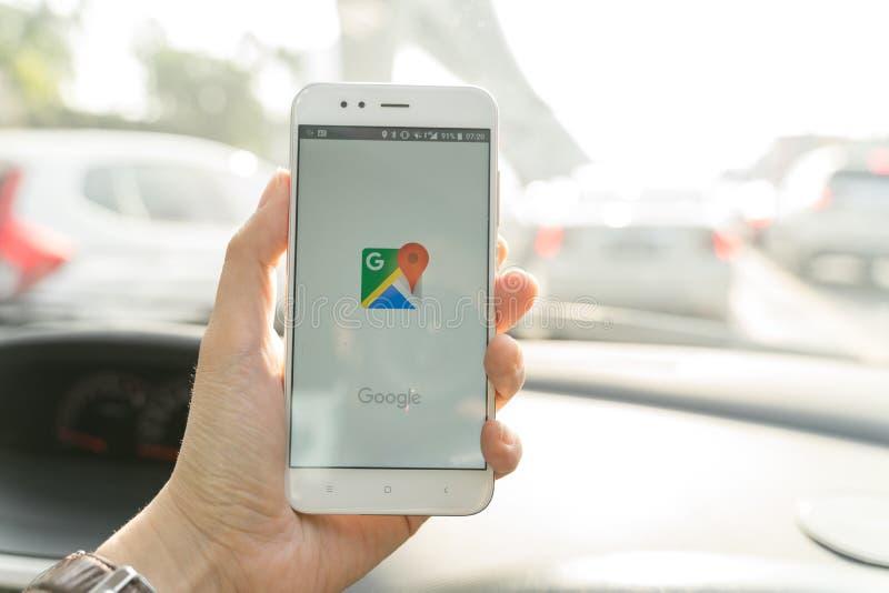 BANGKOK, THAILAND - 08 OKTOBER 2018: Sluit omhoog van een xiaomismartphone en het openen Google Maps app van de mensenholding stock fotografie