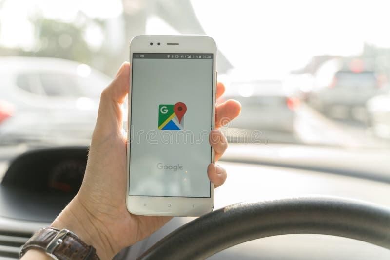 BANGKOK, THAILAND - 08 OKTOBER 2018: Sluit omhoog van een xiaomismartphone en een Lancering Google Maps app van de mensenholding stock foto