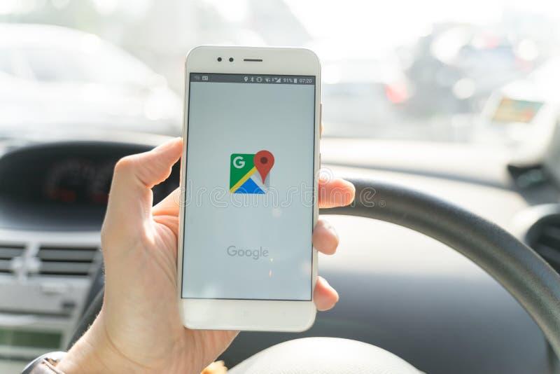 BANGKOK, THAILAND - 08 OKTOBER 2018: Sluit omhoog van mens die nieuwe xiaomismartphone houden en Google Maps toepassing de lancer stock afbeelding