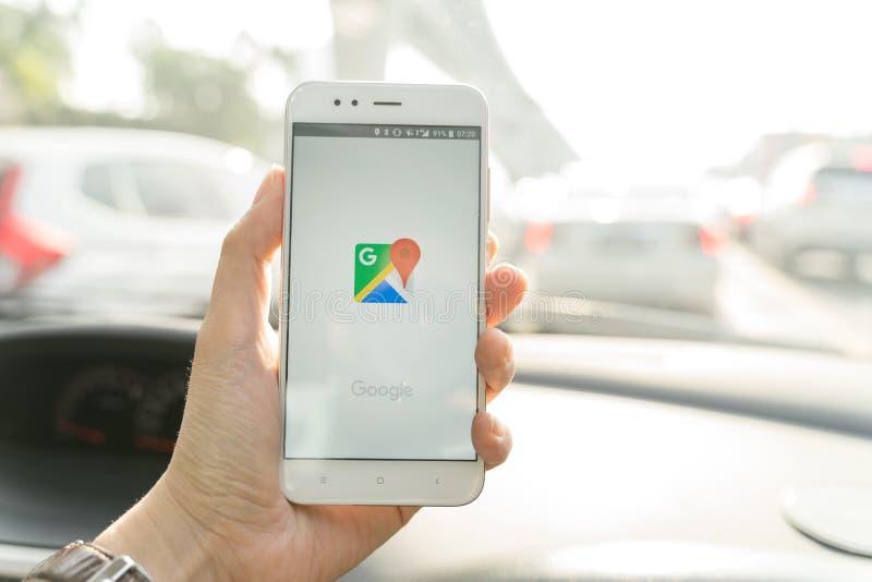 BANGKOK, THAILAND - 08 OKTOBER 2018: Sluit omhoog van xiaomismartphone van de mensenholding en het gebruiken van Google Maps-toep stock fotografie