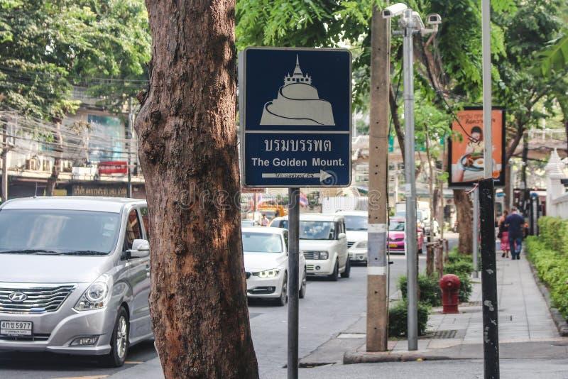 Bangkok Thailand - Oktober 2017: Turist- underteckna in den upptagna gatan för Bangkok ` som s pekar till den guld- monterings- e arkivbilder