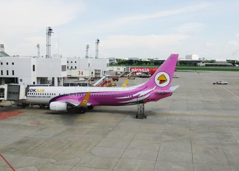 BANGKOK, THAILAND - OKTOBER 18, 2013: Vliegtuigen op vliegveld van luchthaven Don Mueang stock afbeeldingen