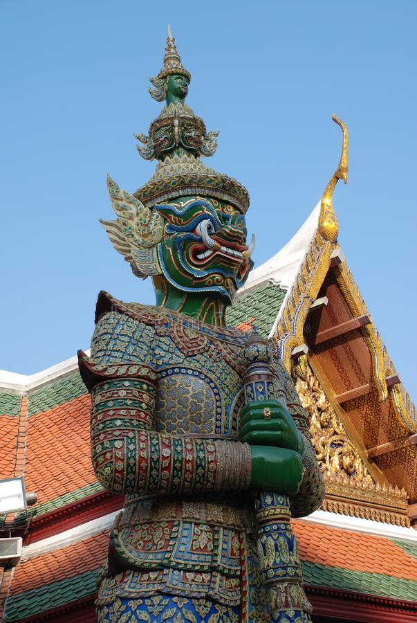 Bangkok, Thailand - 12 25 2012: Schöne mehrfarbige Skulpturen und Monumente in einem buddhistischen Tempel lizenzfreie stockfotografie