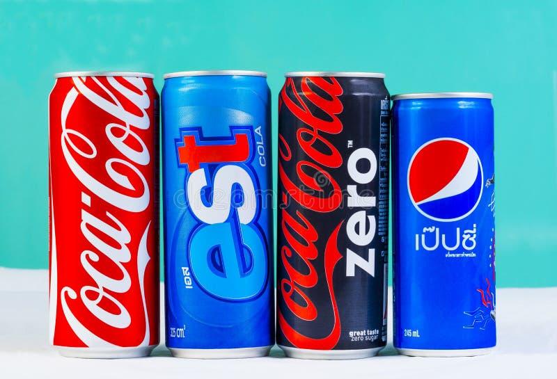 BANGKOK THAILAND - SEPTEMBER 7, 2014: Cans av cocaen - cola, Pepsi royaltyfria foton
