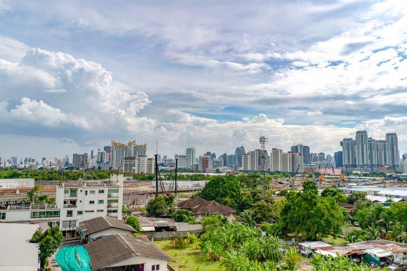 Bangkok Thailand - 13 September, 2018: Bangkok cityscape på Ratchada område med byggnads- och konstruktionszon lite varstans i da royaltyfri foto