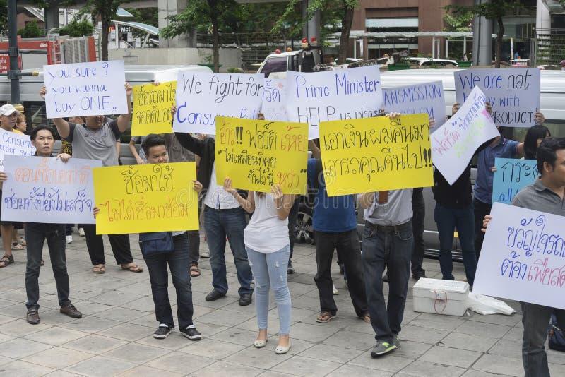 Bangkok, Thailand: 26 september, 2016 - de gebruiker van de doorwaadbare plaatsauto krijgt een flits menigte in Ford Motor Compan royalty-vrije stock afbeeldingen