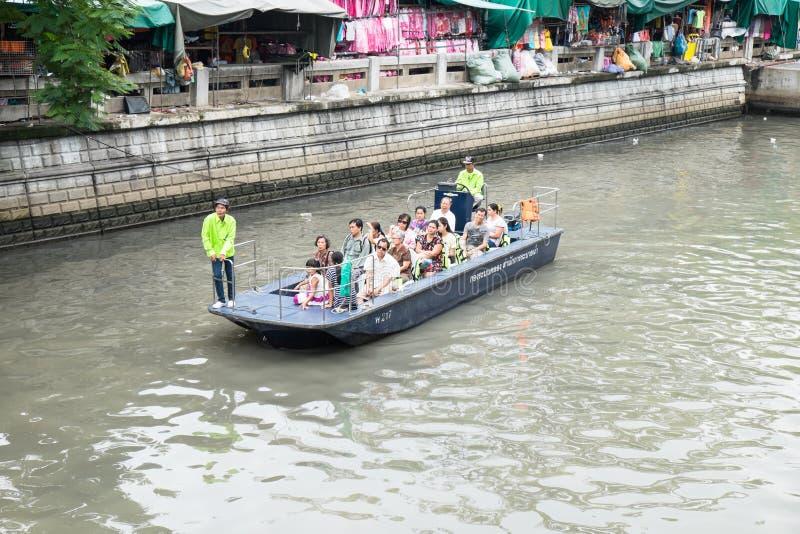 BANGKOK THAILAND 25 SEPTEMBER, 2016: De passagiers berijden een traditio stock foto's