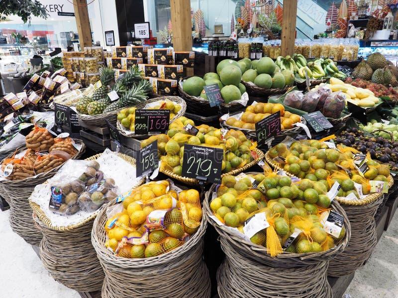 BANGKOK THAILAND - SEPTEMBER 6, 2015: Thailand frukt som säljs i supermarket arkivfoto