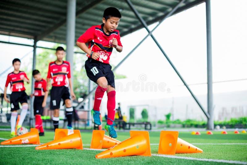 BANGKOK THAILAND - SEPTEMBER 16, 2018: Markör för kotte för kors för ungefotbollhopp fotografering för bildbyråer