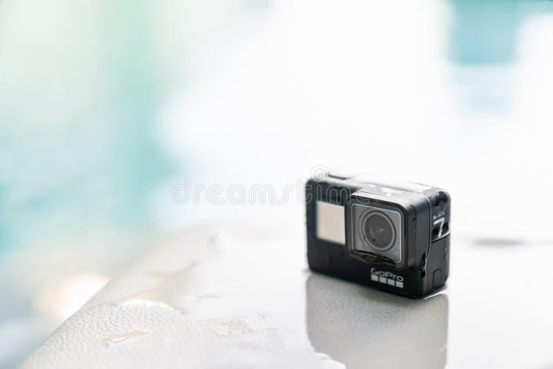 Bangkok Thailand - September 28, 2018: Nya kamera för handling för GoPro hjälte 7 svart på våt yttersida på simbassängen med kopi arkivbilder