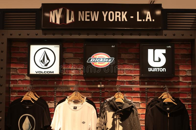 Bangkok Thailand September 2018: NYLA New York-Marke volcom, Dickies, burton Hemden kaufen am Kaufhaus lizenzfreie stockbilder