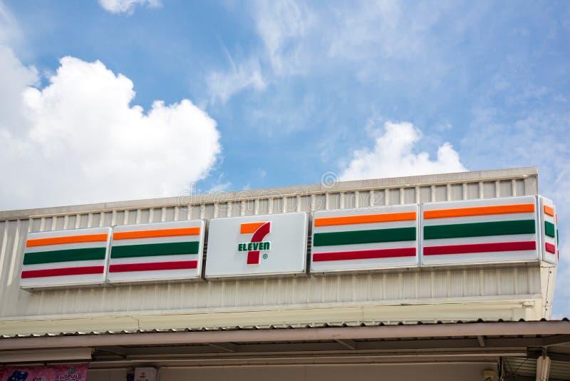 Bangkok Thailand - September 05, 2018: Seven Eleven är den största servicebutikkedjan i världen över 50 000 uttag i 10 arkivfoton