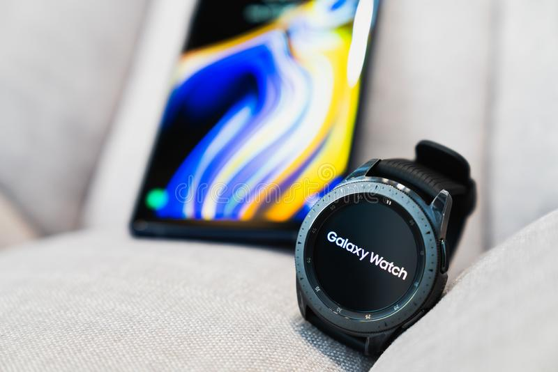 Bangkok Thailand - September 28, 2018: Svart för midnatt för Smartwatch Samsung galaxklocka som 42mm paras med Samsung galaxanmär royaltyfri foto