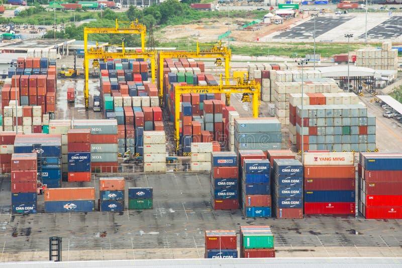 Bangkok, Thailand - 28. September 2015: Zahlreiche Versandverpackungen im Hafen stockbild