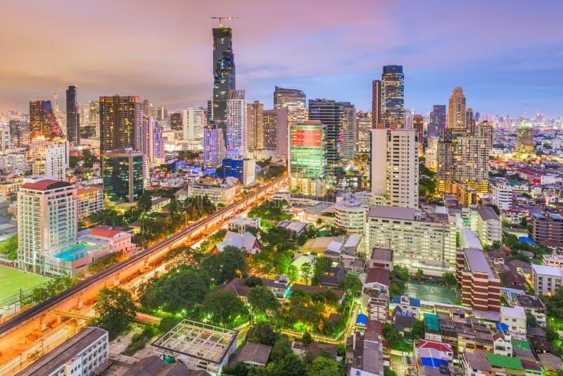 Bangkok Thailand stadshorisont p? skymning royaltyfria foton