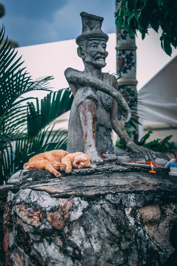 Bangkok Thailand, 12 14 18: Staty i den storslagna slotten arkivfoton