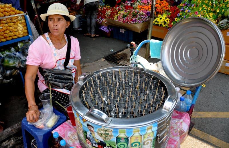 Bangkok, Thailand: Vrouw die de Bevroren Stokken van het Fruit verkopen stock foto