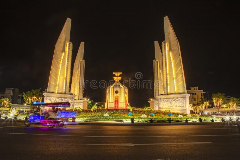 Bangkok Thailandia: monumento alla democrazia durante la notte immagine stock