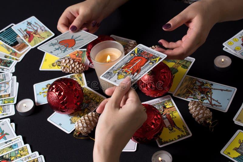 Bangkok, Thailandia, novembre 17 19 Gypsy affida le carte Tarot e si chiede per il futuro Racconto della fortuna di Natale e dell immagine stock libera da diritti