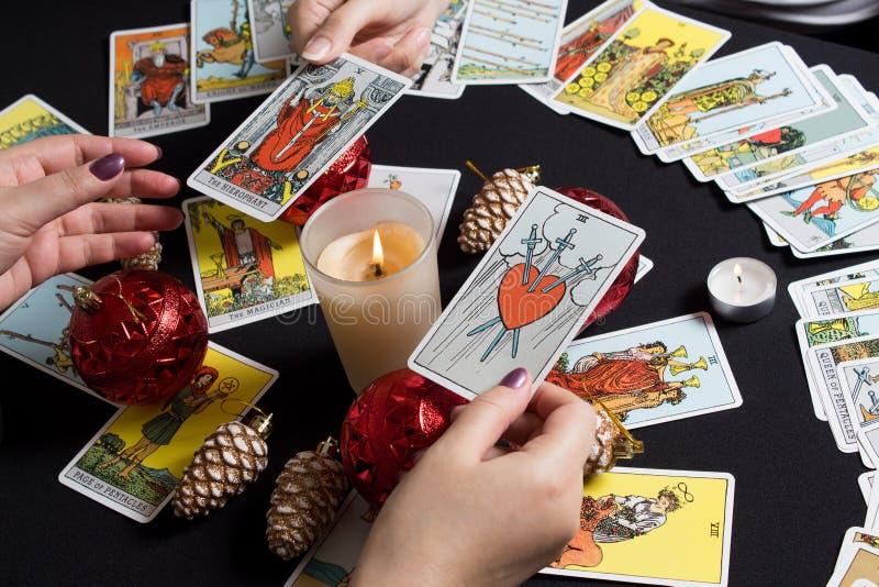 Bangkok, Thailandia, novembre 17 19 Gypsy affida le carte Tarot e si chiede per il futuro Racconto della fortuna di Natale e dell fotografia stock libera da diritti