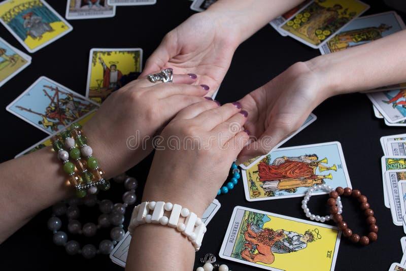Bangkok, Thailandia, novembre 17 19 Gypsy affida le carte Tarot e si chiede per il futuro Racconto della fortuna di Natale e dell immagine stock