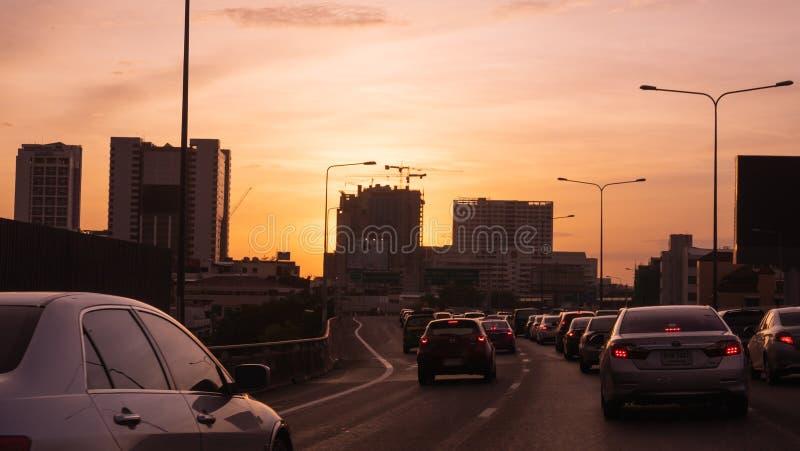 Bangkok trafik med många bilar på uttrycklig väg under beautif fotografering för bildbyråer