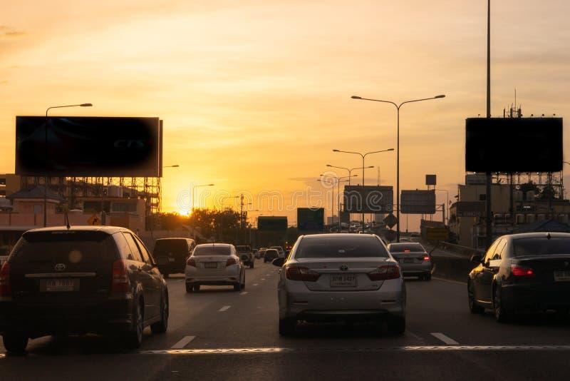 Bangkok trafik med många bilar på uttrycklig väg under beautif royaltyfri fotografi
