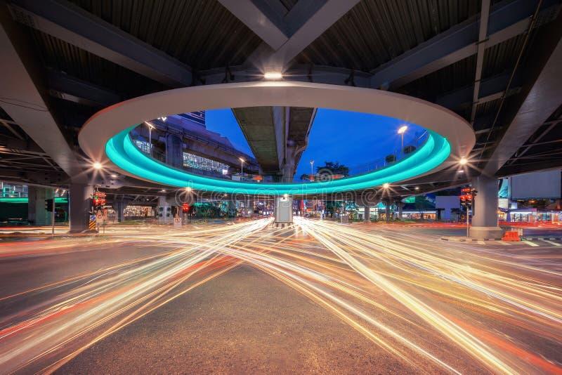 Bangkok-Tunnelschnitt mit Auto beleuchtet bei Siam in der Technologie stockfoto