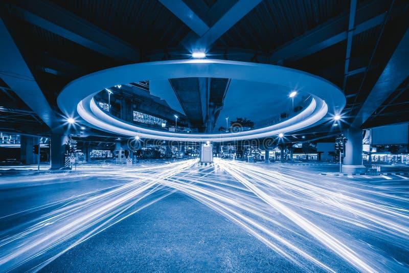 Bangkok-Tunnelschnitt mit Auto beleuchtet bei Siam nachts herein lizenzfreie stockfotos