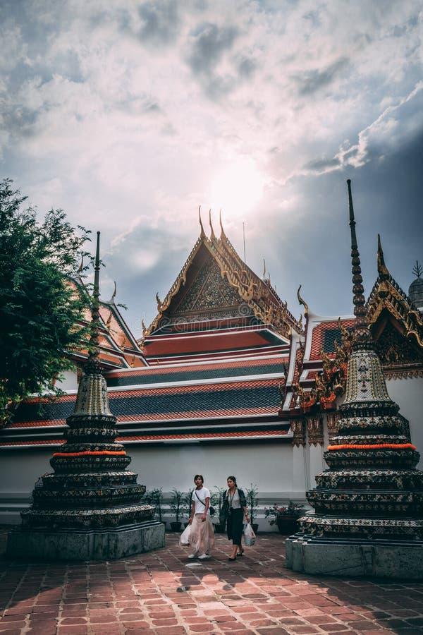 Bangkok 12 11 18: Turister besöker den storslagna slotten i Bangkok Middagsol i perfekt fläck royaltyfria bilder