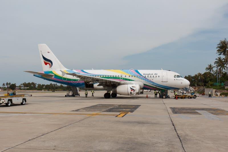 Bangkok Wietrzy samolot przygotowywa dla wsiadać i lota fotografia stock