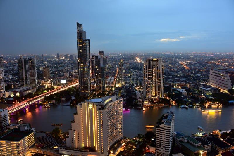 Bangkok y Chao Phraya River durante la noche imagen de archivo libre de regalías