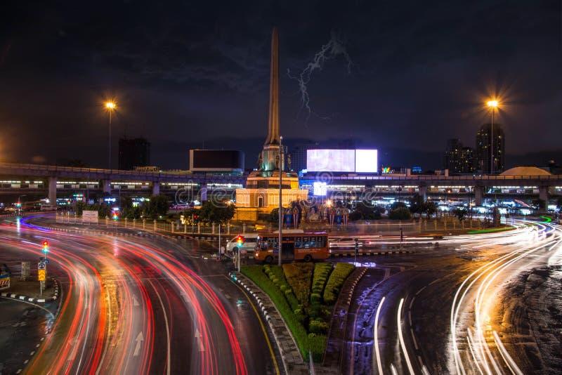 Bangkokcity después de la lluvia en el monumento de la señal fotos de archivo libres de regalías