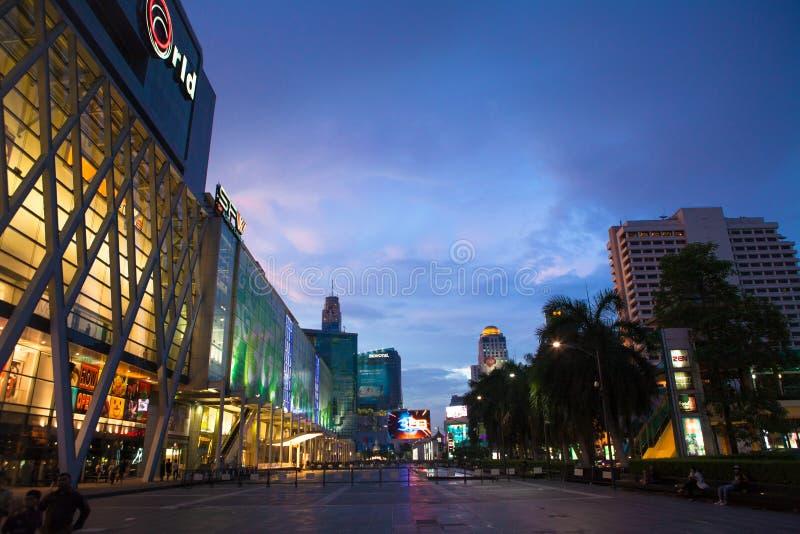Bangkoks zentrale Weltnacht stockbild