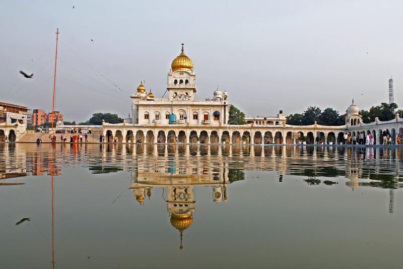 Bangla Sahib Gurudwara/perfekte Reflexionen stockbilder