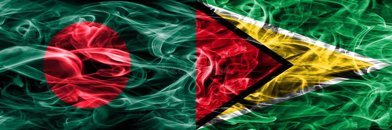 Bangladesch gegen die Guyana-Rauchflaggen nebeneinander gesetzt Dicke farbige seidige Rauchflaggen von Bangladesch und von Guyana lizenzfreie abbildung