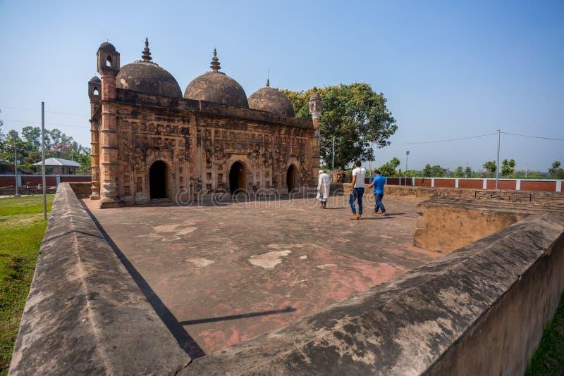 Bangladesch - 2. März 2019: Nayabad Moschee Wide Angle Ansicht befindet sich in Nayabad Dorf in Kaharole Upazila von Dinajpur lizenzfreies stockbild