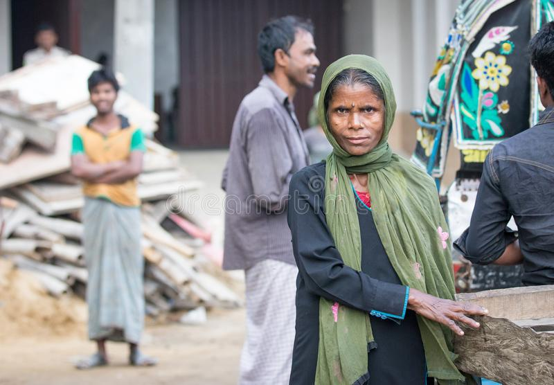 Bangladeschische Frau an einem Markt lizenzfreie stockbilder