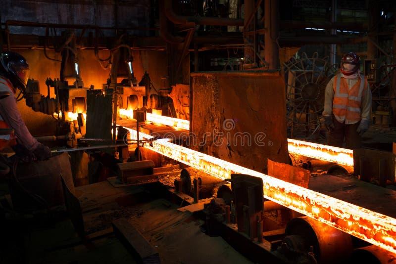Bangladesh - 19 de mayo de 2015: Trabajadores trabajan en un siderúrgico, en Demra, en Daca, Bangladesh imágenes de archivo libres de regalías