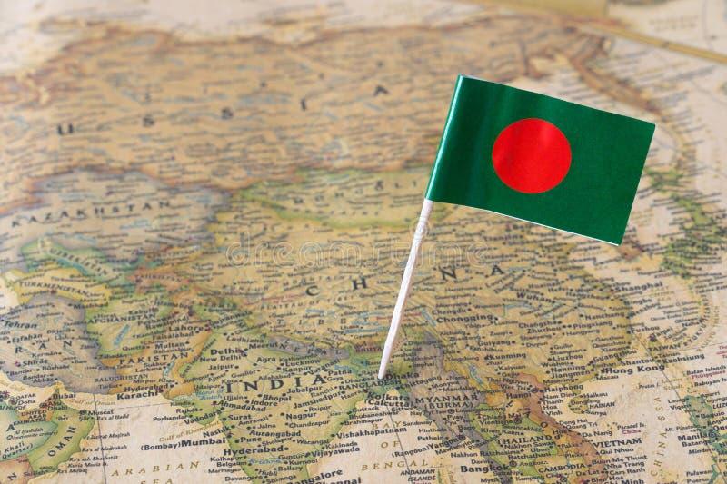 Bangladesh flagga på en översikt royaltyfria foton
