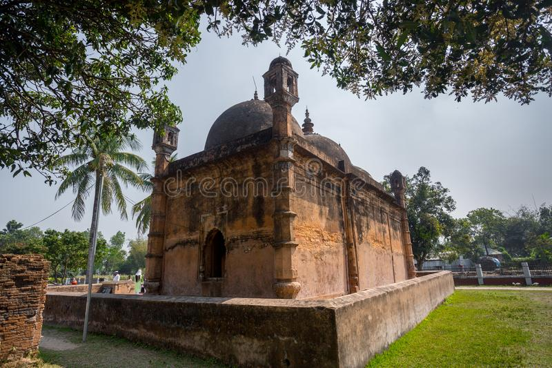 Bangladesh - 2 maart 2019: Nayabad Mosque Back Side Views is gevestigd in het dorp Nayabad in Kaharole Upazila van Dinajpur royalty-vrije stock afbeelding