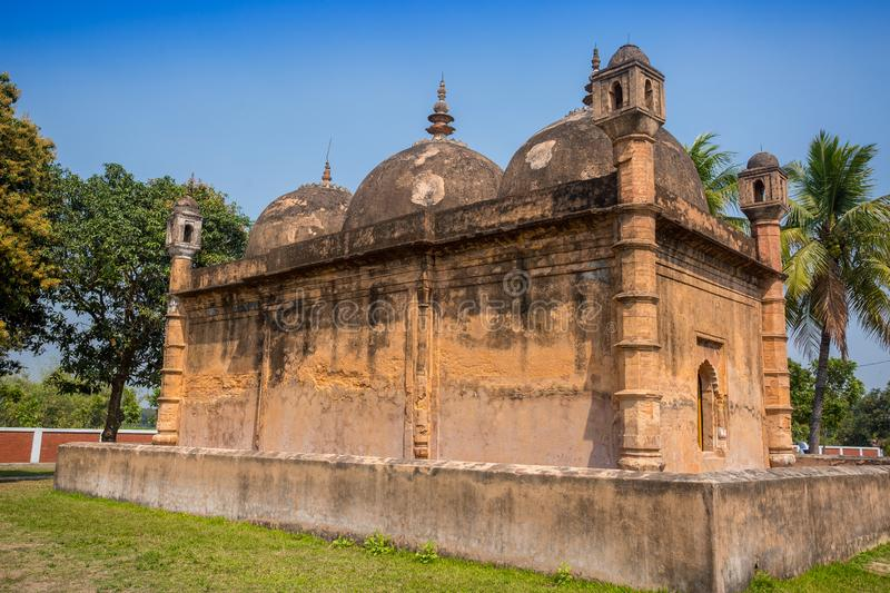 Bangladesh - 2 maart 2019: Nayabad Mosque Back Side Views is gevestigd in het dorp Nayabad in Kaharole Upazila van Dinajpur stock foto's