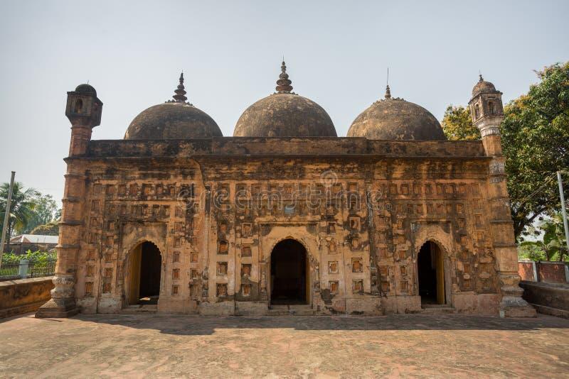 Bangladesh - 2 maart 2019: Nayabad Mosque Font views, bevindt zich in het dorp Nayabad in Kaharole Upazila in het district Dinajp stock afbeelding