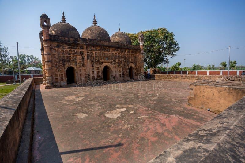 Bangladesh - 2 maart 2019: Nayabad Mosque Wide Angle views, bevindt zich in het dorp Nayabad in Kaharole Upazila van Dinajpur stock afbeeldingen