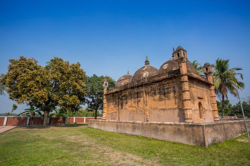 Bangladesh - 2 mars 2019: Nayabad Mosque Back Side, ligger i byn Nayabad i Kaharole Upazila i Dinajpur royaltyfri foto