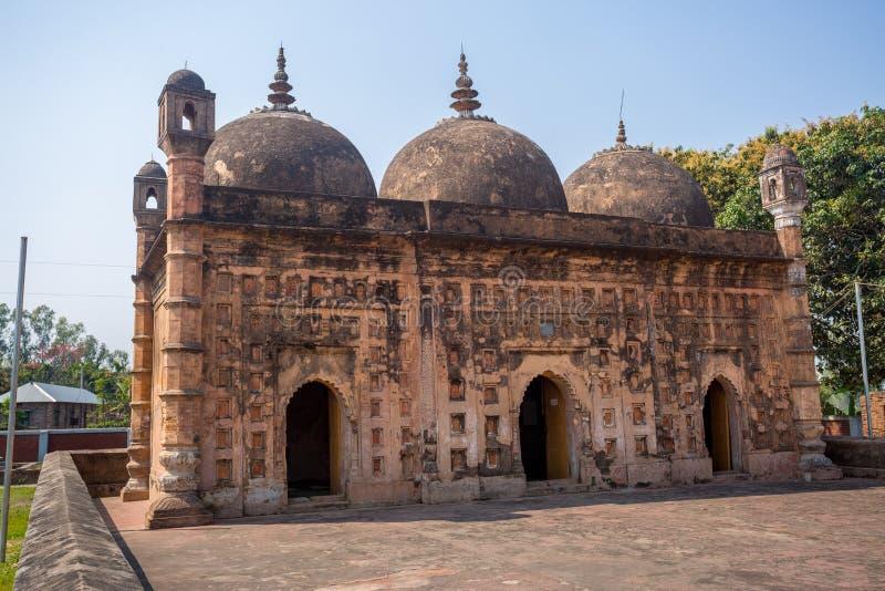 Bangladesh - 2 mars 2019: Nayabad Mosque Font View, ligger i byn Nayabad i distriktet Kaharole Upazila i distriktet Dinajpur. arkivbild