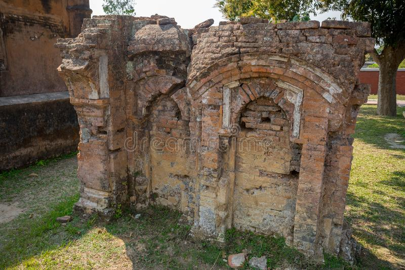 Bangladesh - 2 mars 2019: Vyer från Nayabad Mosque Wide Angle finns i byn Nayabad i Kaharole Upazila i Dinajpur royaltyfri foto