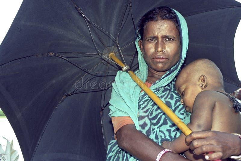 Bangladeshisk moder för gruppstående och sovabarn royaltyfria foton