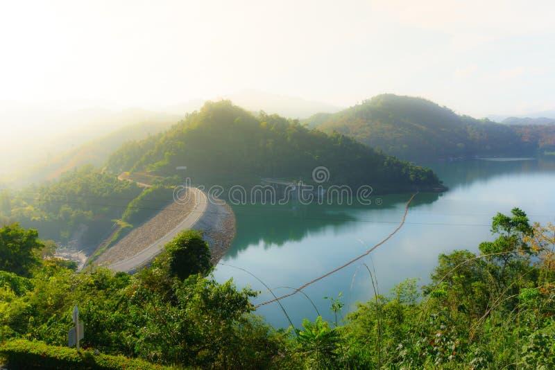 Banglang fördämning, Yala, Thailand i det dagtiden, berget och floden arkivfoto